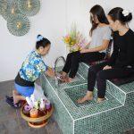 Tvätt av fötter inleder massagen!