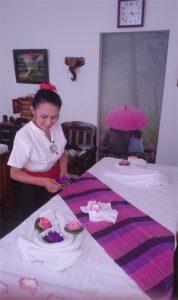Bilder - Förberedelse med att bädda i lila rummet. Snart kommer en ny kund som vill få massage och ny energi.