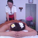 Thailändsk fotmassage i lila rummet.
