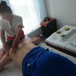 Thailändsk massage som lindrar stel rygg.